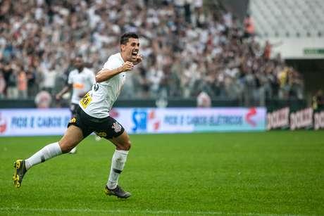Danilo Avelar marcou o gol da vitória do Corinthians