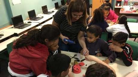 'Robótica com Sucata': Débora Garofalo coleta lixo das ruas com os alunos e transforma em soluções para problemas da comunidade