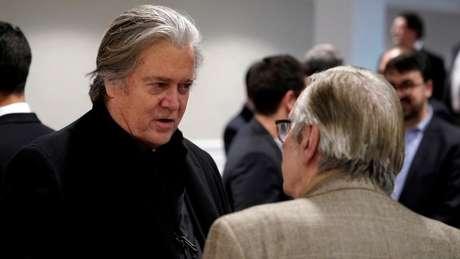 Steve Bannon (à esq.) conversa com o professor e guru conservador Olavo de Carvalho