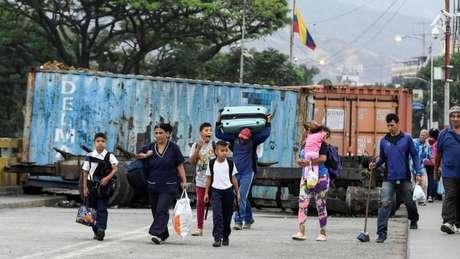 Caminhões com ajuda humanitária ficaram retidos nas fronteiras da Venezuela com o Brasil e com a Colômbia