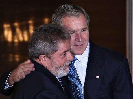 Luiz Inácio Lula da Silva em jantar na Casa Branca com chefes de Estado antes da reunião do G-20. Na foto, ao lado de George W. Bush.