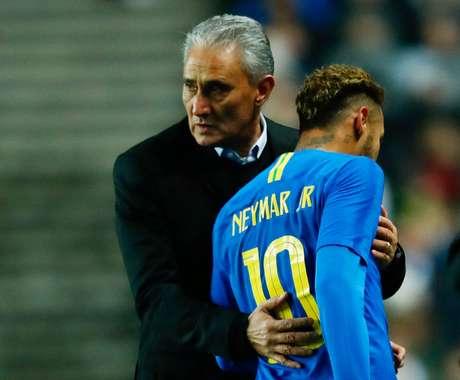 Neymar deixa o campo após uma lesão no amistoso contra Camarões