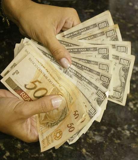 Notas de dólar e real 07/05/2004 REUTERS/Bruno Domingos