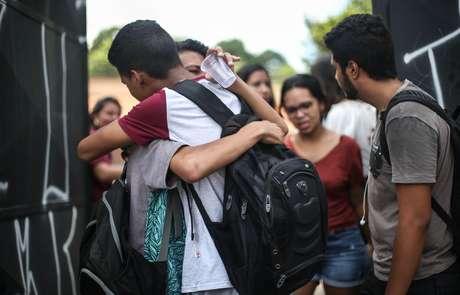 Estudantes e pais de alunos se emocionam ao se reencontrarem em frente ao portão da Escola Estadual Professor Raul Brasil, em Suzano, na Grande São Paulo, nesta segunda-feira (18)