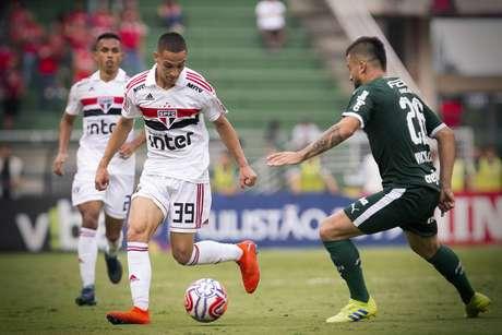 Anthony (São Paulo) e Victor Luiz (Palmeiras) durante partida entre São Paulo e Palmeiras, válida pela 11ª rodada do Campeonato Paulista 2019