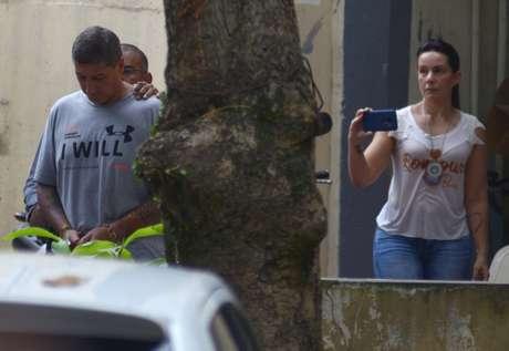Ronnie Lessa, algemado, é levado para viatura após depoimento