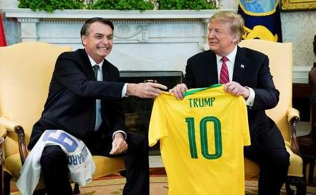 Bolsonaro entrega camisa da Seleção Brasileira ao presidente dos EUA,  Donald Trump