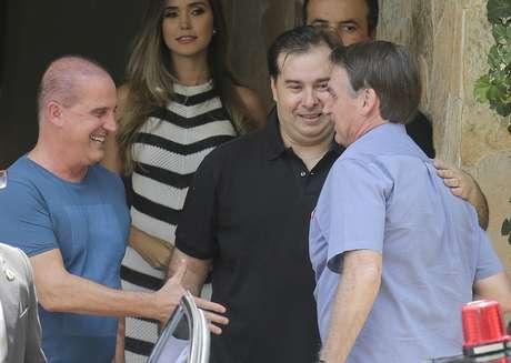 Ministro da Casa Civil, Onyx Lorenzonni, cumprimenta o presidente Jair Bolsonaro, ao lado do presidente da Câmara, Rodrigo Maia