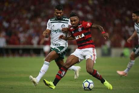 Vitinho, do Flamengo, e Thiago Santos, do Palmeiras, durante partida válida pela trigésima primeira rodada do Campeonato Brasileiro 2018