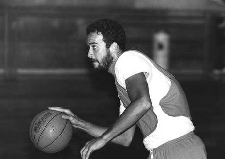 O jogador de basquete Marcel de Souza durante treino na capital paulista em 1991