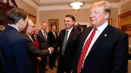 Acompanhado de Trump, Bolsonaro cumprimenta integrantes do governo americano