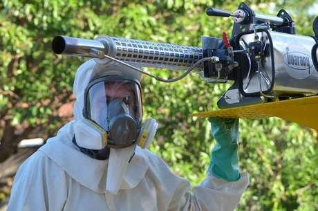 Máquinas conhecidas como 'fumacê' são usadas em aplicação de inseticidas em ruas de Araraquara, interior de São Paulo; cidade registrou 3,8 mil casos e 4 mortes pela dengue