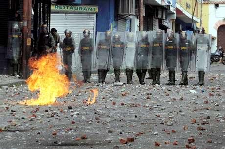 Forças de segurança da Venezuela durante confronto com manifestantes de oposição ao governo Maduro em Caracas 23/01/2019 REUTERS/Carlos Eduardo Ramirez