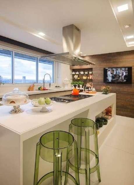 9.A banqueta alta para cozinha são mais comuns no mercado, esse modelo de banqueta alta para cozinha logo acima foi feita de acrílico verde, trazendo cor e irreverência ao ambiente clean