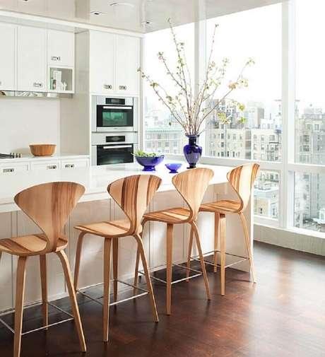 63. Ambiente clean com banquetas de madeira para cozinha americana
