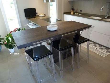 60. A estrutura transparente em bancos para cozinha fica perfeita para ambientes compactos