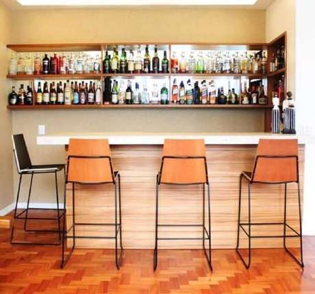 50. Modelo de banqueta alta para cozinha com assento de madeira