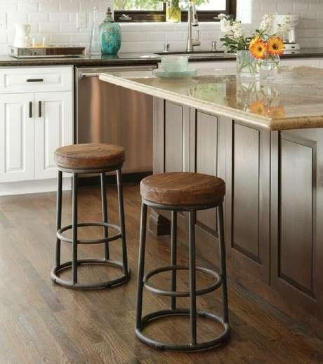 6. Modelos de banquetas baixas para cozinha com assento de madeira