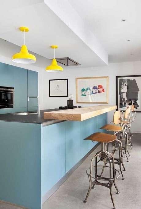 83. Modelo de banquetas para cozinha azul decorada com luminária pendente – Foto: Pinterest