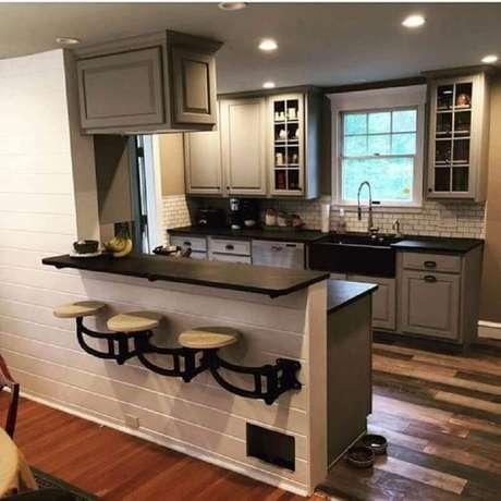 84. Uma maneira de otimizar espaço com banquetas para cozinha é optar por um modelo que pode ser instalada da na parede – Foto: Pinterest