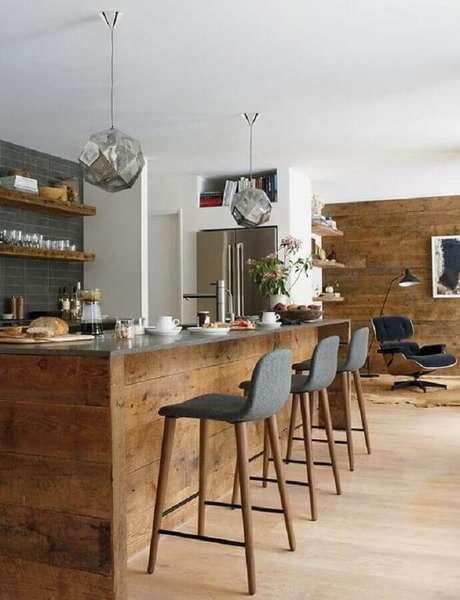 3. Decoração rústica com banquetas para cozinha com revestimento em madeira – Foto: Design Within Reach