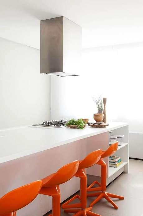 25. Em decoração clean as banquetas coloridas para cozinha podem ser o grande destaque do ambiente