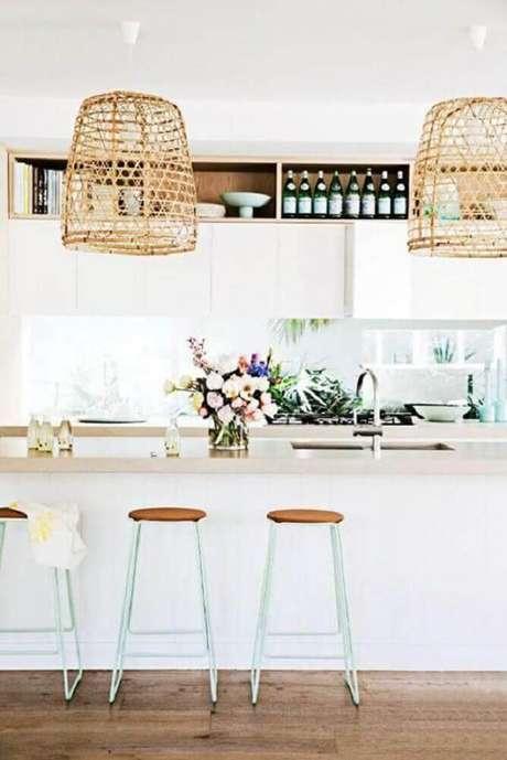 14. Cozinha com decoração clean e banquetas para cozinha americana sem encosto