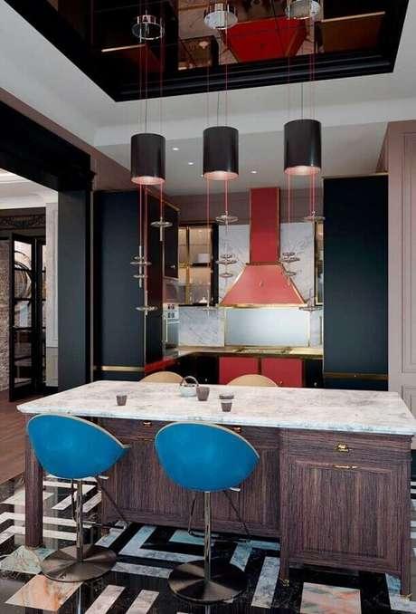 2. As banquetas para cozinha podem colocar um toque a mais de cor e personalidade no ambiente decorado – Foto: Mauricio Gebara Arquitetura