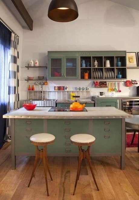38. Decoração com banquetas baixas para cozinha com assento de couro branco