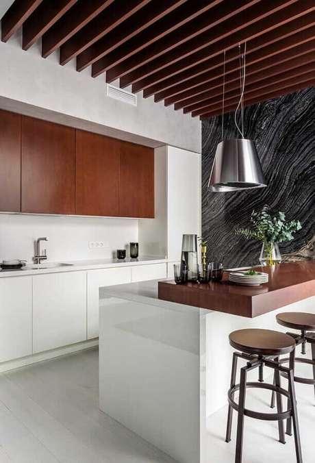 87. Decoração com banquetas de madeira para cozinha planejada moderna – Foto: Pinterest