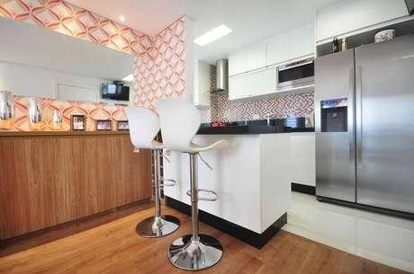 13. Modelos de banquetas para cozinha americana com encosto oferecem mais conforto.