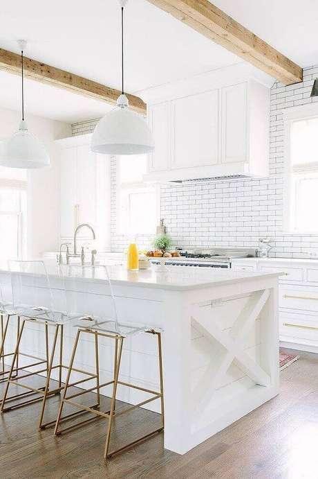 71. Para decoração de cozinhas menores as banquetas para cozinha com assento de acrílico transparente podem ser uma boa ideia – Foto: Pinterest