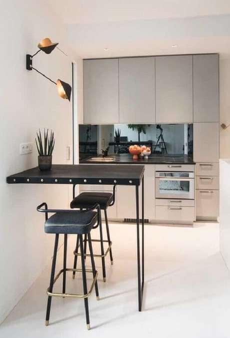 88. Decoração com banquetas para cozinha moderna com móveis planejados e luminária de parede – Foto: Pinterest