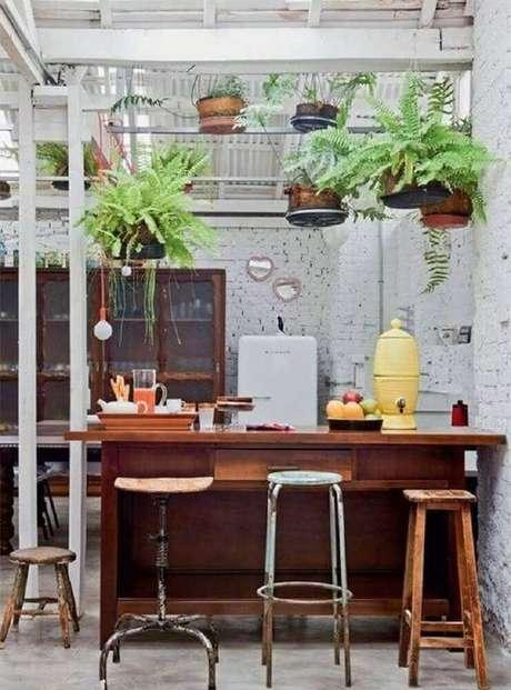 73. Escolha banquetas para cozinha com design diferentes para dar um toque especial à decoração – Foto: Decoratorist