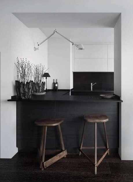 75. Decoração moderna com banquetas de madeira para cozinha com balcão preto – Foto: Maison Lalopa