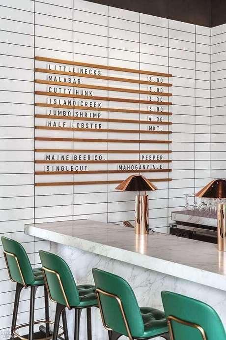 76. Decoração moderna com banquetas para cozinha com tecido verde – Foto: Pinterest