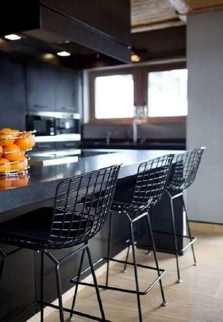 90. Cozinha preta decorada com banquetas para cozinha feitas em aramado – Foto: Neu dekoration stile