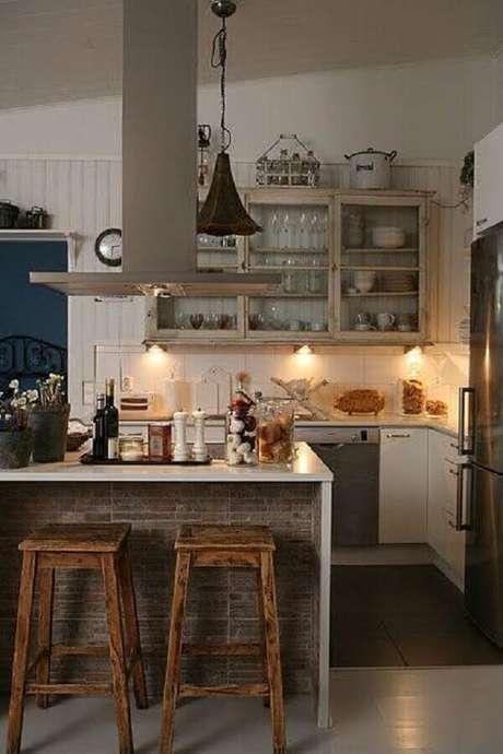 7. Decoração rústica com banquetas para cozinha americana de madeira.