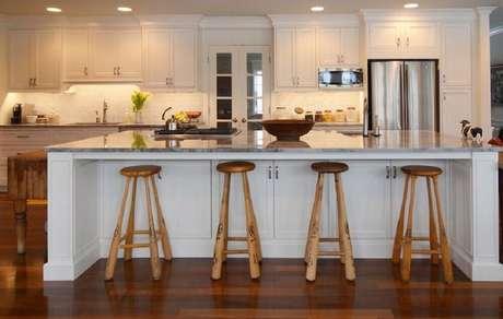 54. Essa cozinha recebeu bancos para cozinha americana com pernas de taco de basebal