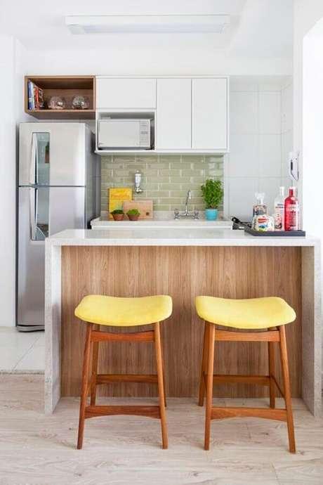 93. Modelo de banquetas para cozinha americana pequena com assento amarelo – Foto: Pinterest