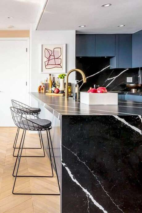 79. Modelo de banquetas para cozinha com design arrojado – Foto: Cut & Paste
