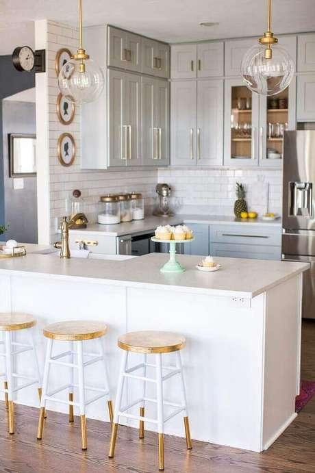 81. Modelo simples de banquetas para cozinha com decoração toda branca e dourada – Foto: Southern Hospitality
