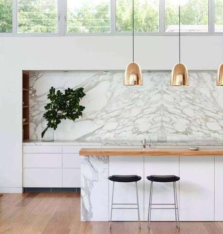 82. Modelo simples de banquetas para cozinha com decoração sofisticada e moderna – Foto: Arent & Pyke