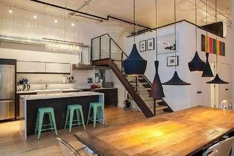43. Modelos coloridos de banquetas baixas para cozinha são ótimos para trazer mais vida ao ambiente