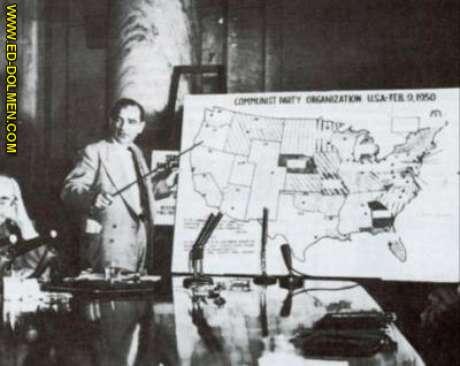 MacCarthy mostrando o mapa da presença comunista nos EUA