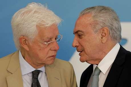 Temer fala com Moreira Franco durante cerimônia em Brasília em 2018