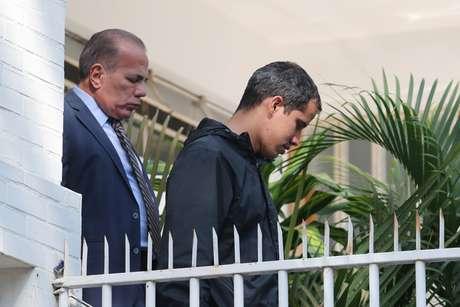 Juan Guaidó deixa a residência de seu chefe de gabinete, Roberto Marrero, em Caracas 21/03/2019 REUTERS/Ivan Alvarado
