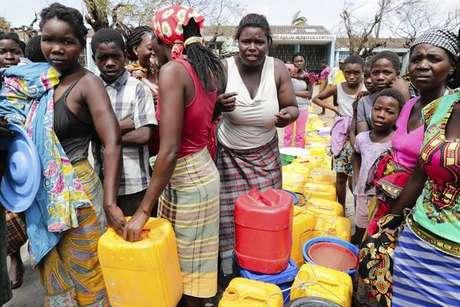 Moçambicanos fazem fila para obter água em Beira, cidade mais afetada pelo ciclone Idai