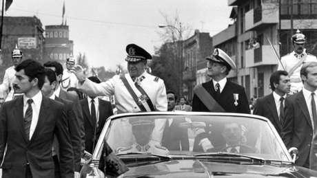 Pinochet protagonizou o golpe militar e a ditadura sangrenta que durou quase 17 anos no Chile, matando mais de três mil pessoas no país. Mas é uma figura que divide profundamente os chilenos