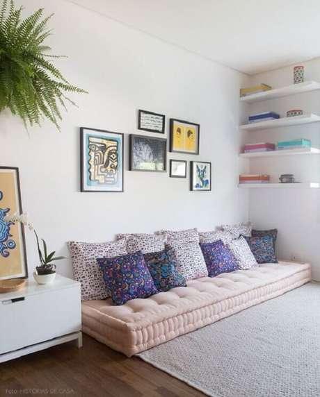 29- Na decoração de sala simples e barata, as almofadas sobre o futon são estampadas e coloridas. Fonte: Histórias de Casa